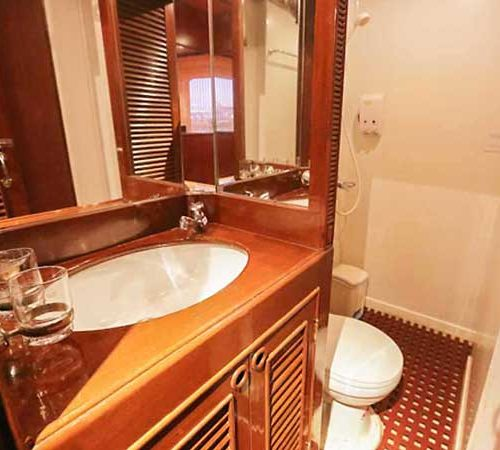MV Hallelujah Liveaboard ensuite bathrooms